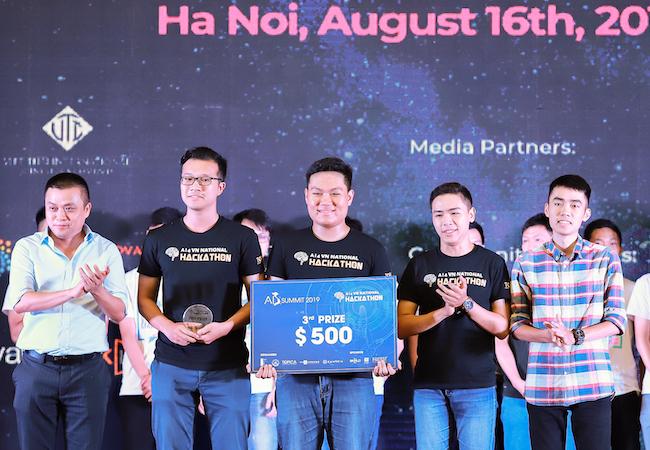 MLAE giành giải 3 chung cuộc tại Hackathon Vietnam AI Grand Challenge 2019 trị giá 500 USD do TOPICA trao tặng.