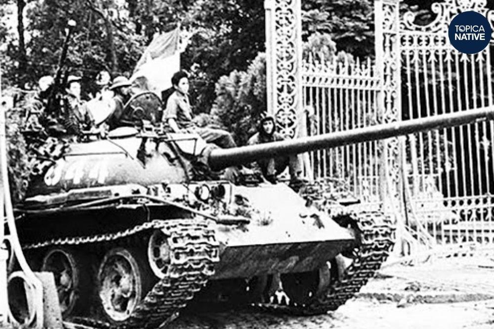 Xe tăng quân Giải Phóng húc đổ cổng Dinh Độc Lập
